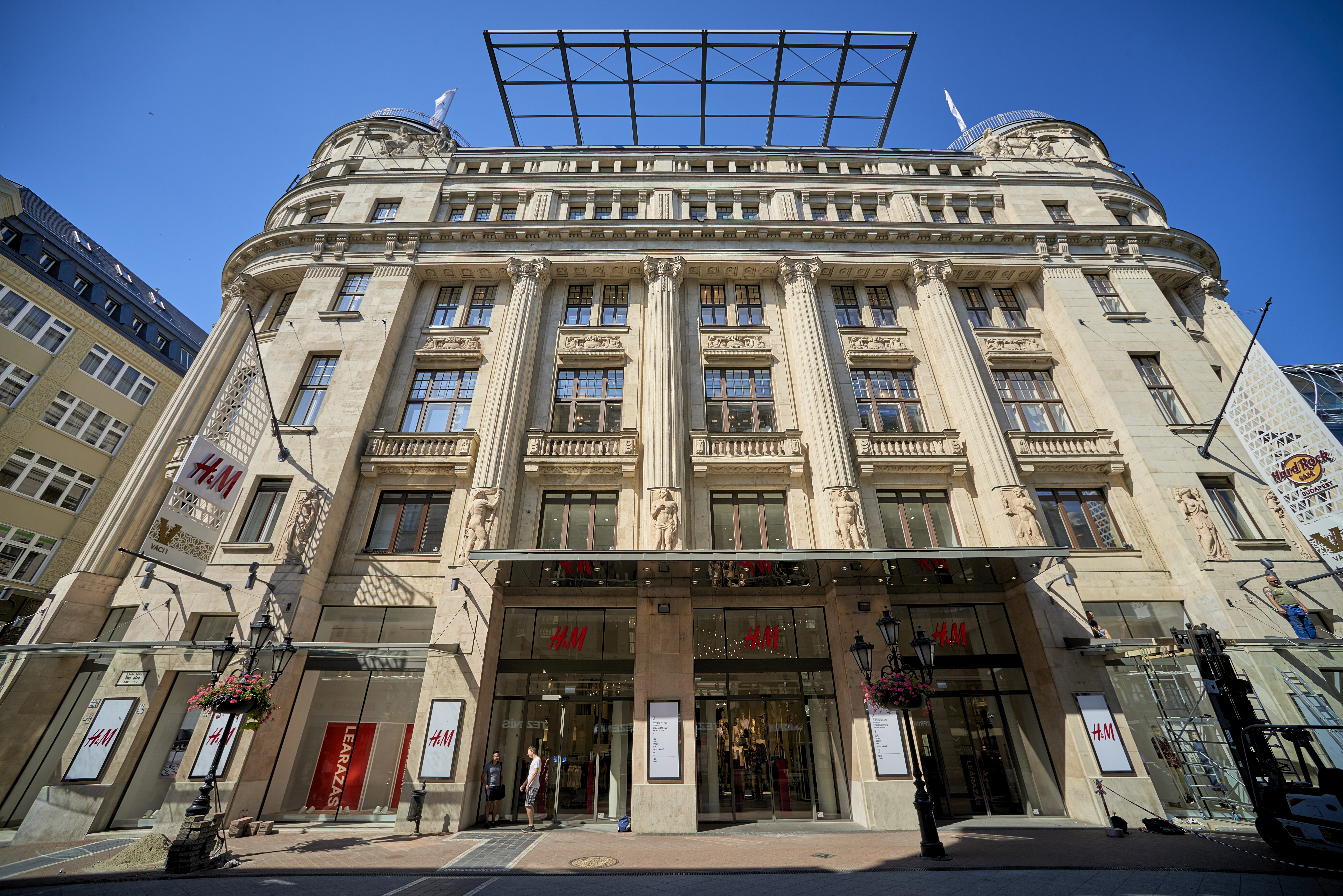 25._facade_and_entrance_to_the_retail_area_vaci1_budapest_hungary