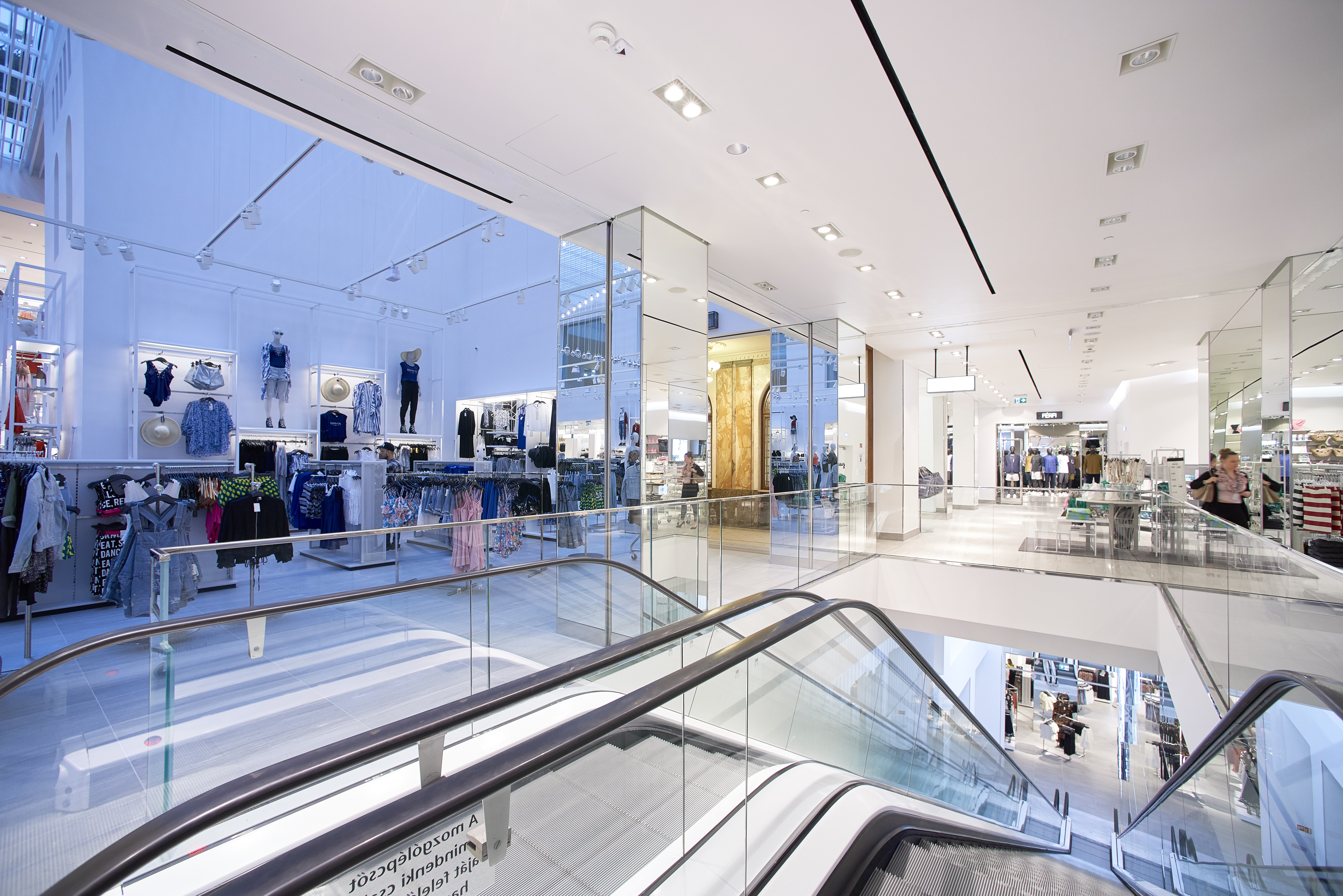 27._escalator_connecting_the_gf_and_1st_floor_of_hm_flagship_store_vaci1_budapest_hungary